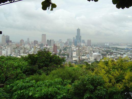 寿山公園の木立ちの間から見える高雄市内