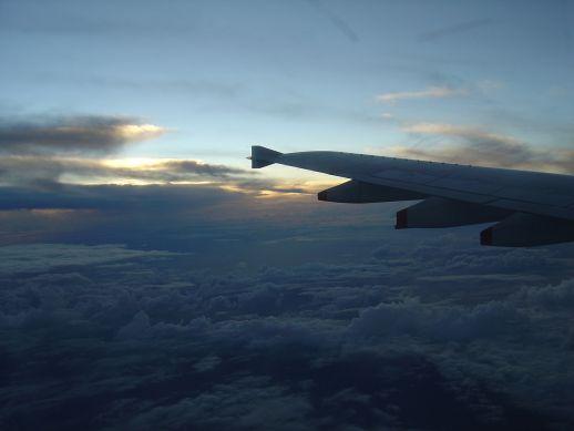 飛行機から見た夕暮れの空